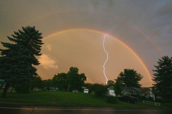 E acontecerá que, quando eu trouxer nuvens sobre a terra, aparecerá o arco nas nuvens. Gênesis 9:14. Photobucket . Se você vir um arco-íris primário, ...