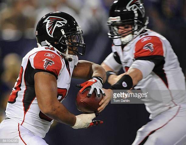 Michael Turner Of The Atlanta Falcons Receives A Handoff From Atlanta Falcons Falcons Michael Turner