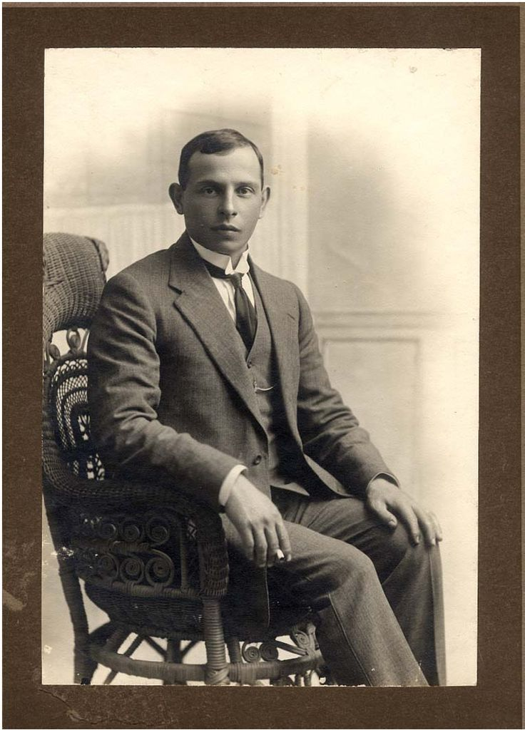 1903: Benjamin Ginsberg, a young Russian from a Moscow tea merchant family, joined his trader father in the Cedarberg in the 1903. Benjamin quickly became fascinated by the potential of this crude 'mountain tea'. He realised that the drink cherished by the locals would find favour far beyond the region's borders and started buying Rooibos and reselling it in other areas.