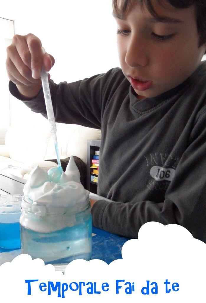 Cosa serve: un vasetto di vetro schiuma da barba acqua colore alimentare blu contagocce o cucchiaino  Riempite il vostro vaso d'acqua quasi fino al bordo. A questo punto spruzzateci sopra molta schiuma da barba fino a superare il bordo del vaso, ma facendo attenzione che non coli fuori.  In questo modo avete creato il vostro cielo e la vostra bella nuvoletta; non vi resta che far piovere!  Usando un contagocce oppure un cucchiaino fate cadere alcune gocce del colore alimentare sulla schiuma