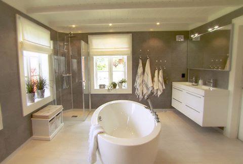 Ja hvorfor ikke tenke litt ut av boksen, å la badekaret stå midt i rommet. Vi syns iallefall det ble rålekkert! Her fra Sinnasnekkerens arbeid på ett hus i Molde. #vikingbad #oval # badekar # baderom #baderomsinspo #nordichomes #norskdesign # bathtub #bad #sinnasnekkeren #baderomsinspirasjon