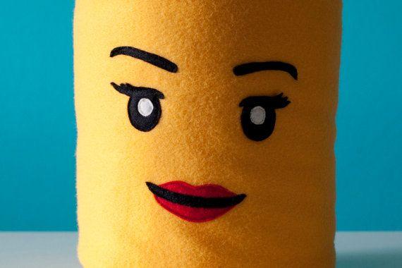 Cuscini decorativi ispirati alle faccine Lego di LucyvanFelt