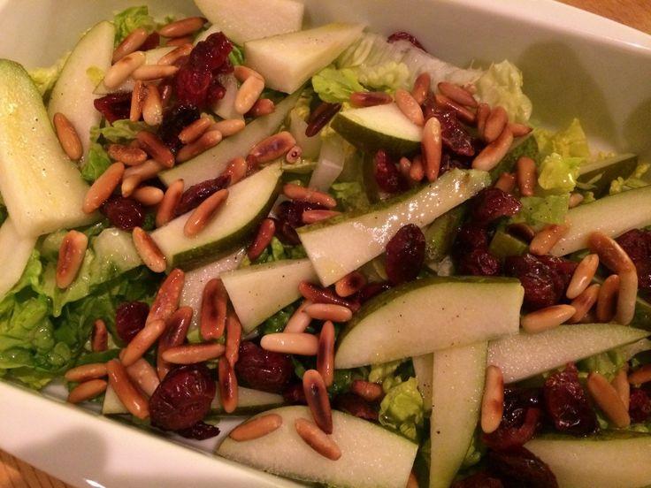 Dejlig og let salat med pære, tranebær og pinjekerner, der er hurtig og enkel at lave. Sundt tilbehør til eksempelvis svinekød, men også fjerkræ. Blandingen af pinjekerner, tranebær og pære gør sal…
