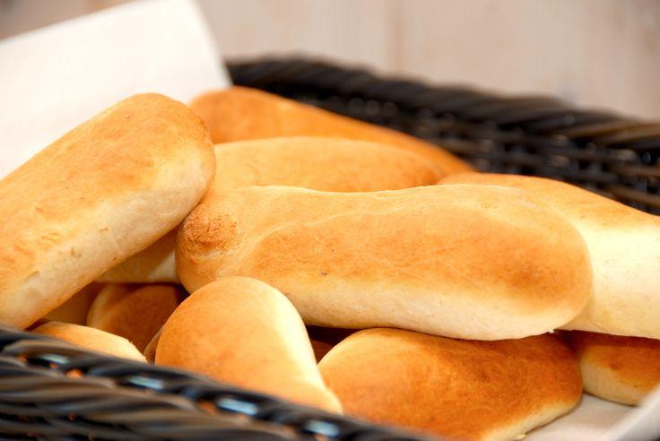 Hvordan laver man de perfekte pølsebrød?Det er faktisk meget nemt, og her får du opskriften på lækre og luftige pølsebrød - meget bedre end de købte fabriksbrød. Her har jeg lavet pølsebrød i en røremaskine, men