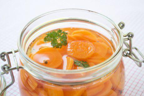 Ein Rezept für würzig eingemachte Karotten, die sich lange lagern lassen und verschiedene Gerichte verfeinern.