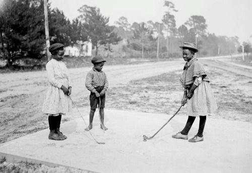 Einige junge Damen Golf 1905 spielen -