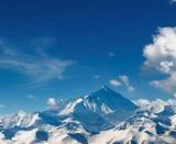 Everest este muntele cel mai înalt din lume si are 8848m. In nepaleza numele muntelui este Sagarmatha (Zeita Cerului).
