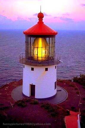 La luz del punto de Makapuu, situada en la isla hawaiana de Oahu, tiene la lente más grande de cualquier faro en los Estados Unidos.