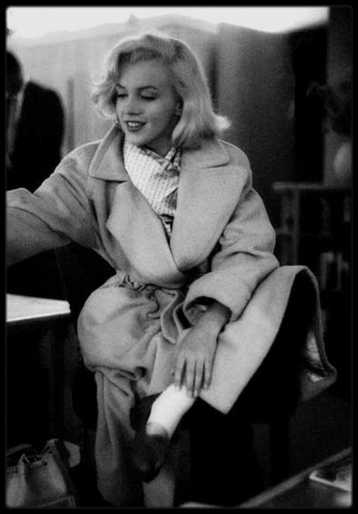 Image - Septembre 1953 / Marilyn dans le studio de Milton GREENE sélectionnant des épreuves photos d'un shooting fait avec le photographe. - Marilyn-MONROE rare & candid - Skyrock.com