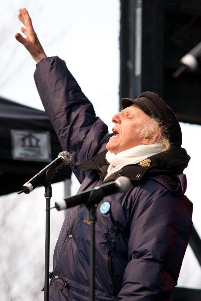 25 raisons pour lesquelles on aime le Québec / Gilles Vigneault   Gens du pays, c'est à votre tour... Éternel poète, Gilles Vigneault n'a pas perdu sa fougue de jeunesse. L'artiste reconnu internationalement s'implique activement dans des causes qui lui sont chères, comme le Jour de la Terre, le 22 avril.