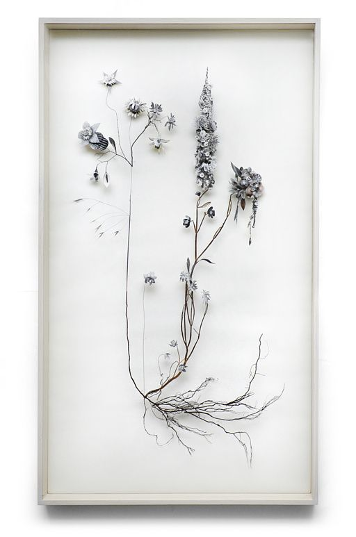 """""""Flower constructions"""" Anne Ten Donkelaar. Flores recortadas y ramitas secas sostenidas por alfileres a un lienzo."""