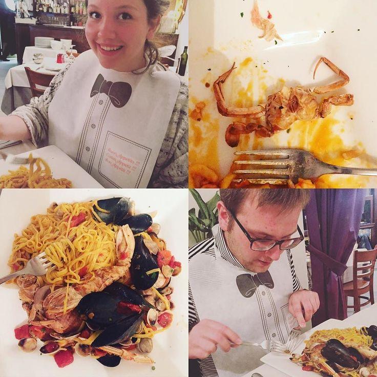 Oszalałam. To było coś na co czekałam od dawna  świeże owoce morza całe i okazałe  homar małże krab krewetki kalmary i jeszcze inne niezidentyfikowane  skorupiaki  i ten śliniak...  kosmos  #owocemorza #seafood #krewetki #homar #lobster #małże #makaron #kalmary #claims #obiad #kolacja #italianfood #rimini #italian #włoskie #wloskiesmaki by always_and_forever_hungry