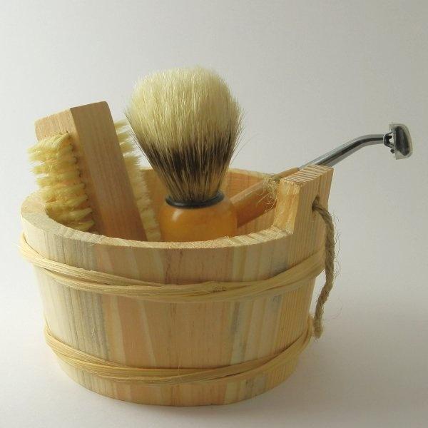 Set Uomo composto da:   - mastelletto in legno   -Spazzolino per la cura delle unghie con setole vegetali   - Rasoio con testina intercambiabile e manico in legno   - Pennello per stendere la schiuma da barba setole vegetali in legno