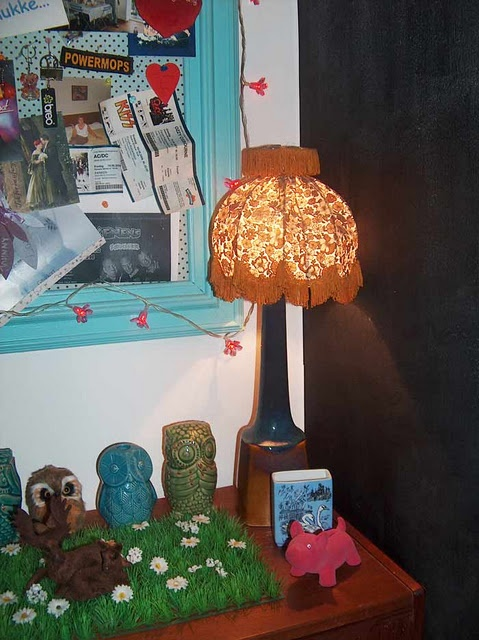 Very kitchy, I admit, but I love it!!!!!! Old teak dresser, with vintage lamp and lampshade. And some artificial grass, ceramic owls and deers.............. ohhhhhh yes, it is just a funny idea......
