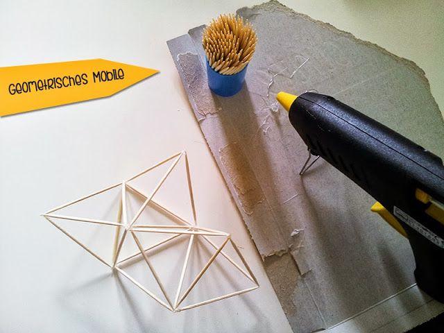 DIY toothpick mobile in geometrical shapes | Mobile aus Zahnstochern | Die Materialien werdet ihr wahrscheinlich schon zuhause liegen haben. Ein wenig Geduld ist nötig, aber dann macht es richtig Spaß.