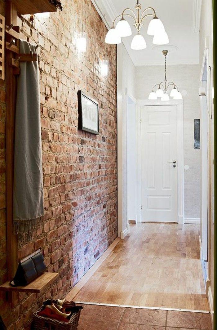 joli couloir avec mur en fausse pierre et plafond en bois clair