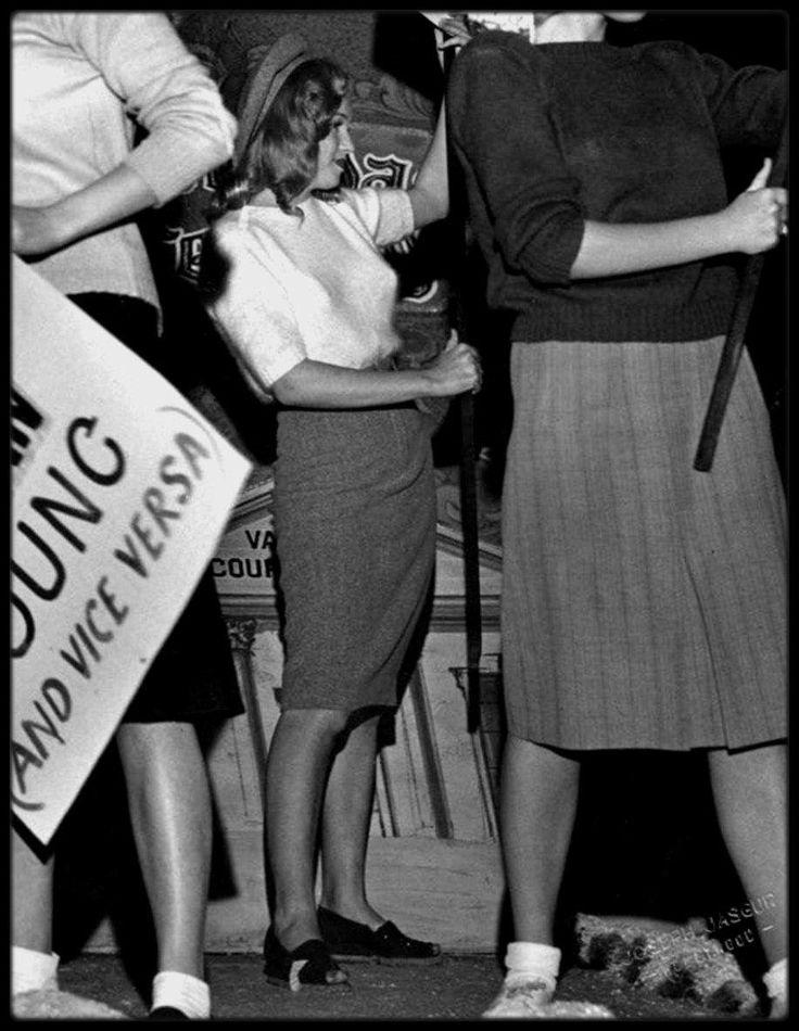 """22 Novembre 1946 / Marilyn participe à la """"Santa Claus Lane Parade"""" (la """"Parade du Père-Noël""""), où elle est employée comme hôtesse d'acceuil pour acceuillir l'acteur Alan YOUNG. D'autres stars de la NBC sont à ses côtés : Fibber McGEE, MOLLY, William McGINNIS, Jack BENNY, ROCHESTER, Kay KYSER, Phil HARRIS, Red SKELTON, Frank MORGAN, Dennis RAY, Roy ROGERS et Gene AUTRY."""