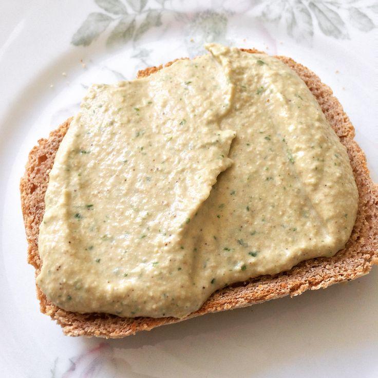 Hummus is ZO lekker! Een heerlijke en gezonde vorm van broodbeleg. Superfijn op een feestje als dip voor je rauwkost en fijn op een toastje. En ik gebruik het ook vaak als basis voorsaladedressing. Kortom: hummus moet je gewoon vaak eten. Het zit dankzij de kikkererwten bomvol proteïne. En wist je dat je binnen een…