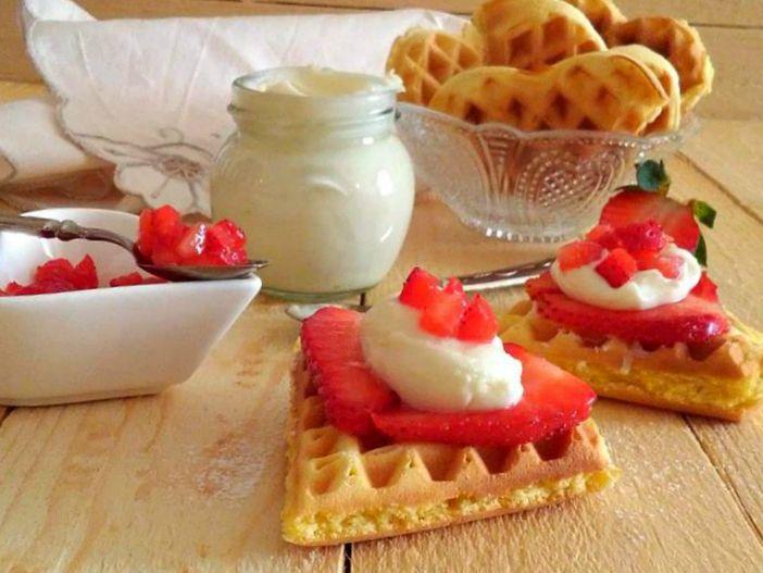 Waffel con fragole e crema mascarpone