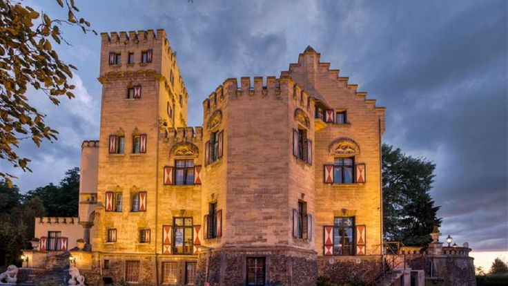 Hoog op een rots midden in het Zuid-Limburgse Geuldal ligt dit kleine gastvrije kasteel met tien ruime kasteelkamers.