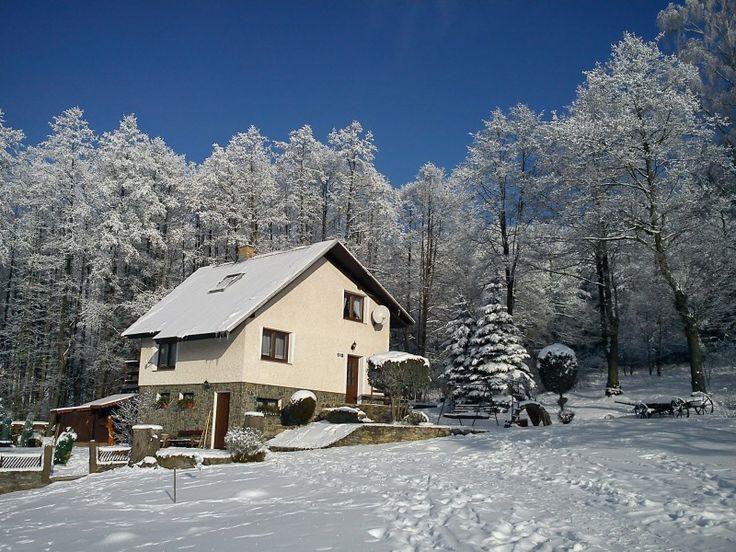 chalupa na kopci v zimě - zvětšit