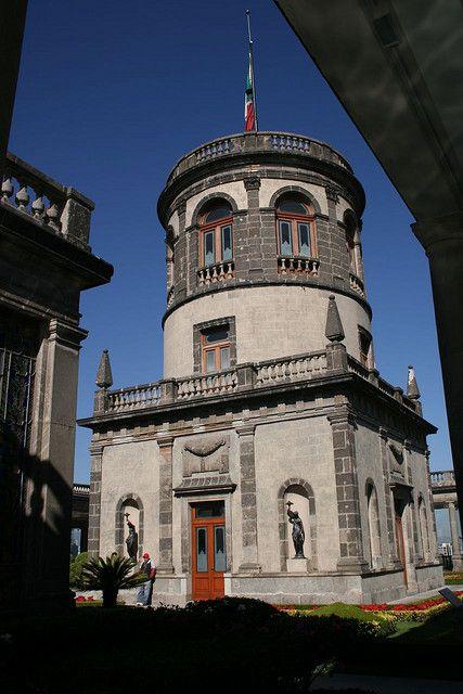 Castillo de Chapultepec. Es el único Castillo Real en América, fue construido en la época del Virreinato de Nueva España como casa de verano para el virrey, se le dio diversos usos, desde almacén de pólvora hasta academia militar en 1841, también fue la residencia oficial del emperador Maximiliano I de México.