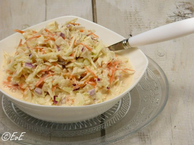 Echte Amerikaanse coleslaw, zelfgemaakt. Met als geheim ingrediënt: karnemelk! Lekker bij de bbq of broodje hamburger. Ook eenvoudig lactosevrij te maken.