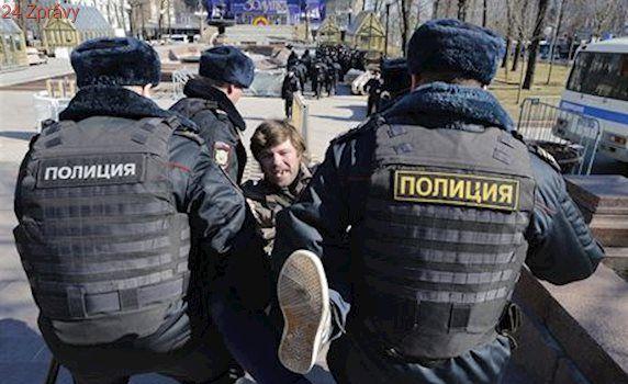 Moskevské divadlo prohledávala policie, umělci protestují