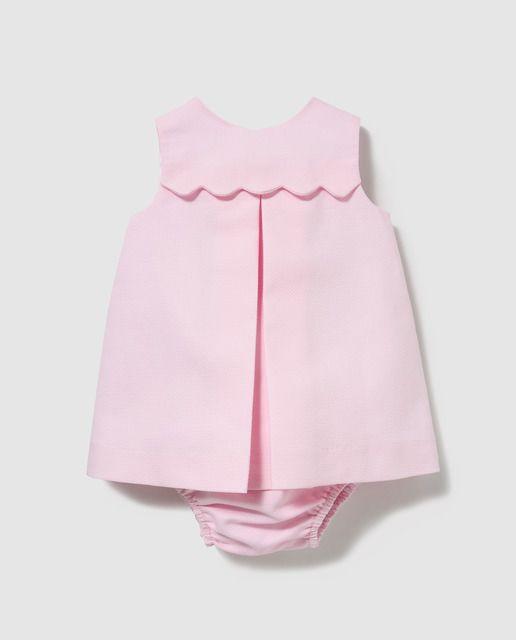 a104e06f1 Vestido de pique en color rosa, sin mangas y cuello caja. Detalle de canesú