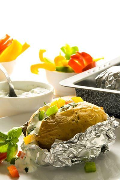 Vydlabané brambory, naplněné sýrovo-bylinkovou směsí, grilované v alobalu.