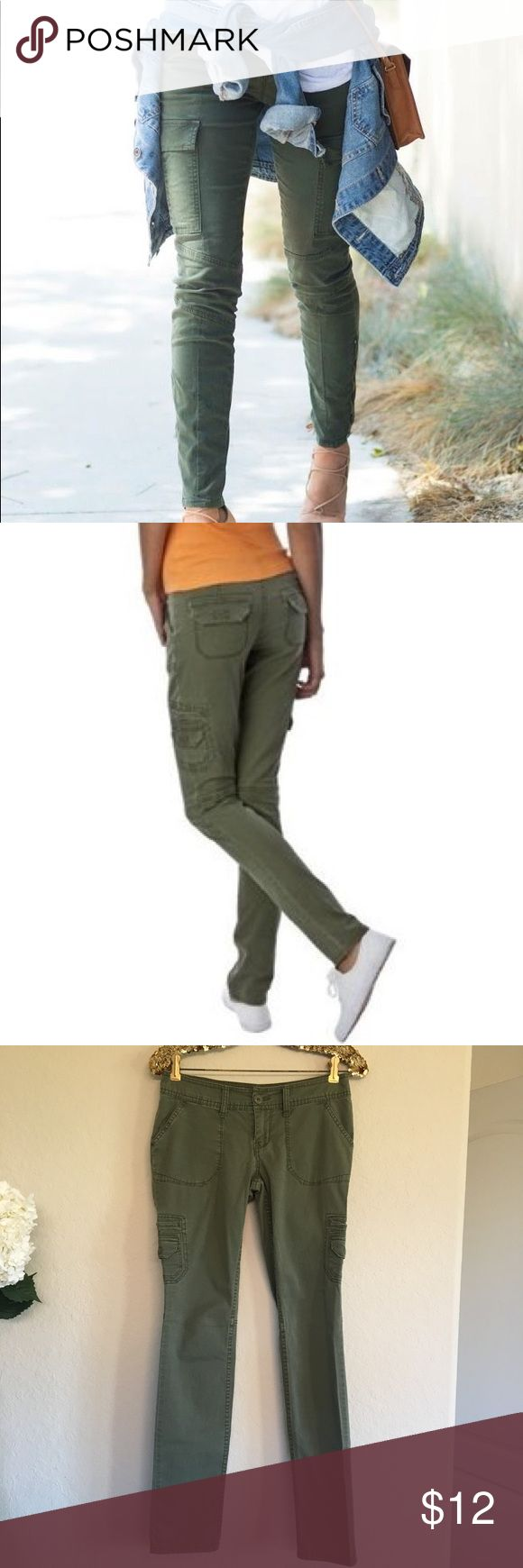 Mossimo Hunter Green Pants These Mossimo hunter green pants are in great used condition and perfect for the fall season! They have a little wear on one of the knees, but it's not noticeable.  🚭 From a smoke-free home ❌ No trades or off PoshMark sales 🛍 Bundles welcome and encouraged 👌🏻 Reasonable offers welcome ⚡️ Same/next day shipping 🌬 All items are steamed before shipping Mossimo Supply Co Pants Skinny