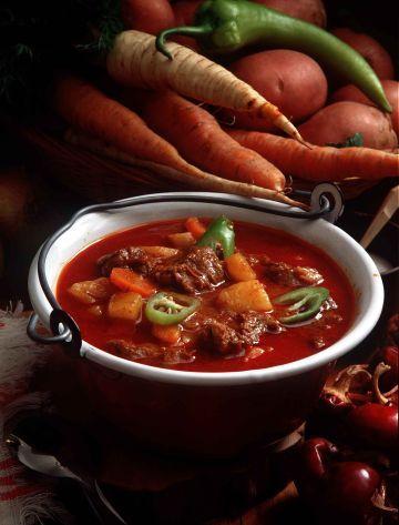 Гуляш - традиционное венгерское блюдо, которое принято готовить из говядины.