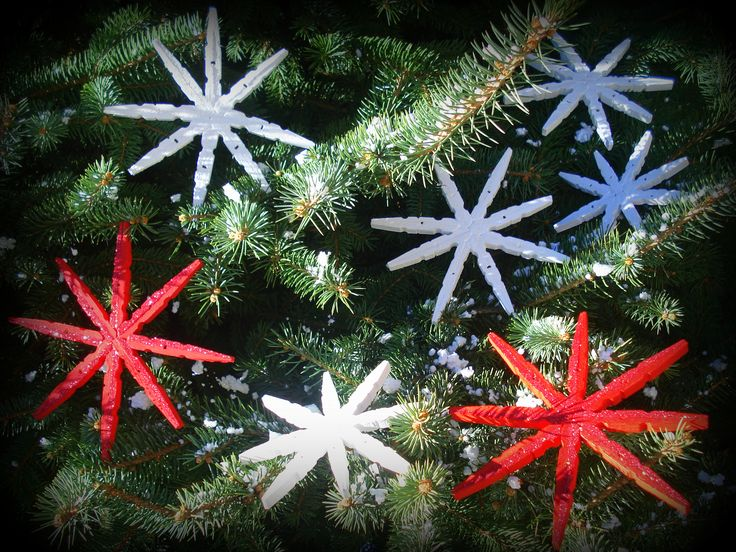 diy xmas ornaments, wooden pinches, red white flakes