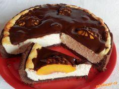 Tvarohový koláč s broskvemi a čokoládouTěsto: 200 g hladké mouky, 20 g kakaa, 70 g cukru moučka, 140 g Hery, 1 žloutek. Náplň: 500 g měkkého tvarohu v alobalu, 50 g másla, 50 g cukru moučka, 1 vanilkový cukr, citronová kůra, 3 vejce + 1 bílek. Dále: 1 - 2 broskve, hořká čokoláda, kousek 100 % tuku.