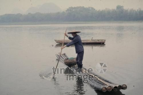 Fischer in Guiluin, 1987 Czychowski/Timeline Images #Fischer #Fischerei #Angler #Angeln #Fisch #Fischen #Fishing #Fisher #Fishery #Fish  #Tradition #China #Guilin #Fluss #Ruder #LiJiang #Kegelhut
