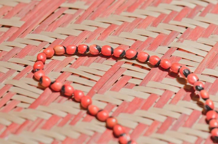 Colla de semillas #semillas #iraca #artesanos #colombia #medellin #diez #hotel #naranja #color
