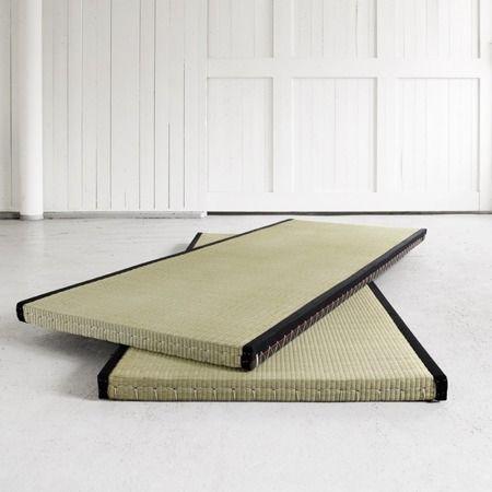 Mata Tatami. Wymiary 5,5x70x200 cm. Wykonana w tradycyjnym japońskim stylu, ze słomy ryżowej. Krawędź obszyta czarną, bawełnianą wstążką. Idealny jako baza dla materacy Futon. Izoluje ciepło i dźwięk.