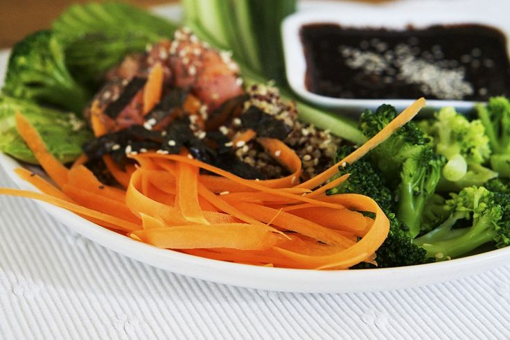 Att göra sin egna Sushi Bowl är enkelt och blir hur gott som helst. Här får du mitt Sushi Bowl recept med lax, quinoa, grönsaker, avokado och en sojasås.  quinoa – jag hade en blandvariant med röd, svart och vit quinoa gravad lax morot gurka broccoli avokado dippsås: soya, jordnötssmör, lime, sambal oelek, svartpeppar garnering: nori-ark, chiafrön, sesamfrön