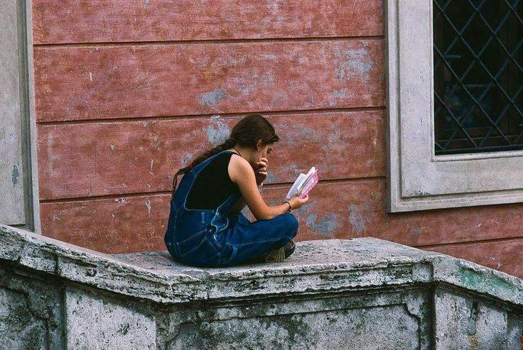 O cão que comeu o livro...: As jovens leitoras pela fotografia de Steve McCurr...