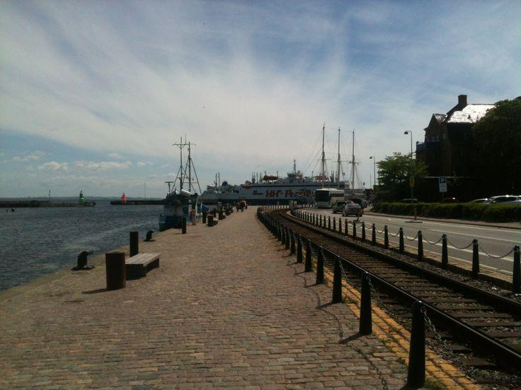 Selvom færgerne kun sejler frem og tilbage mellem Helsingør og Helsingborg, kommer jeg altid til at tænke på verdenshavene og eventyr.