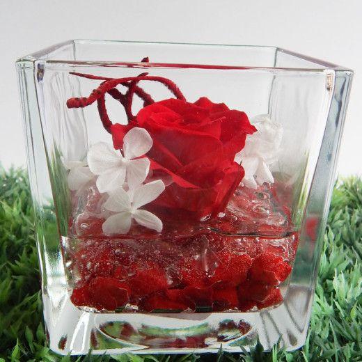 Bellissima composizione con Rosa Rossa stabilizzata profumata, disponibile nella misura grande e piccola, racchiusa dentro un raffinato cubo in vetro.