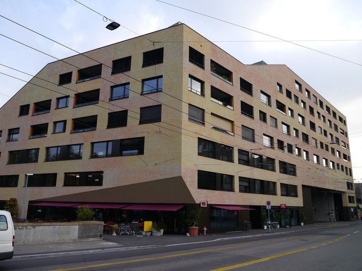 Kalkbreite |  Müller Sigrist | Zurigo | Apartamenti con spazi comuni combinati a uffici e stanze per affiti temporanei, questi sono gli ingredienti principali che fanno questa architettura un svilupo urbano inovativo.