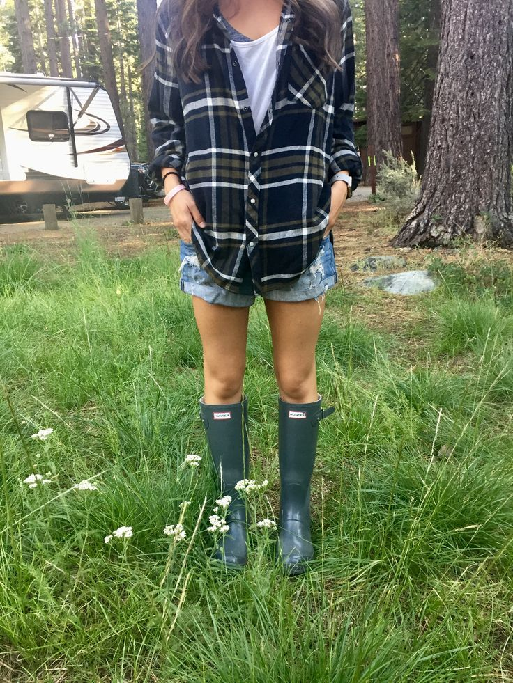 Hunter boots style, preppy camping, camping style, camping outfits, flannel, lake, Tahoe, mountains style, summer outfits, hunter boots summer, Jessie decker outfit inspiration, summer nights