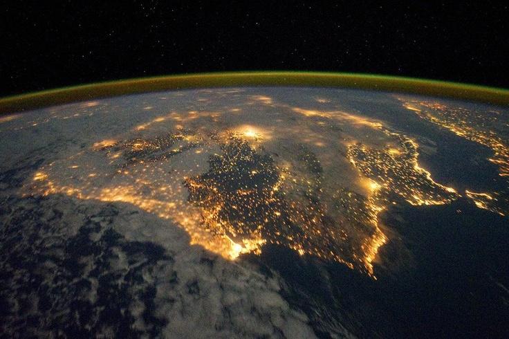 La Península Ibérica, iluminada durante la noche del 4 de diciembre, en una imagen facilitada por el observatorio terrestre de la NASA.