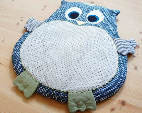 "Owl mat for baby - Instant download sewing pattern  This adorable baby mat is perfect for play, tummy time and nap time. It makes a perfect floor cushion for baby and is a comfortable place to relax. The mat is stuffed with a thin duvet, making it is nice and soft. It is a great baby shower gift while being quite easy and fast to sew. The finished mat measures 29.5"" x 25.6"" (75 cm x 65 cm).  This instant download PDF includes the printable full-size sewing pattern and detailed instructions…"