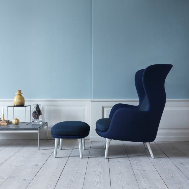 Un fauteuil indigo, Fritz Hansen. Avec son dossier haut, ses accoudoirs et son repose-pied, ce fauteuil au bleu profond est des plus confortables !