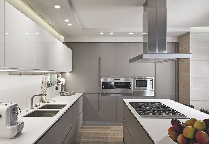 An interior where the warmth of the materials blends the rigor of a contemporary design.
