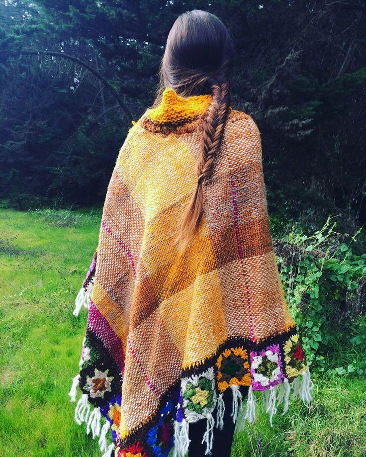 Poncho tejido a telar, palillo y crochet en suave lana de oveja