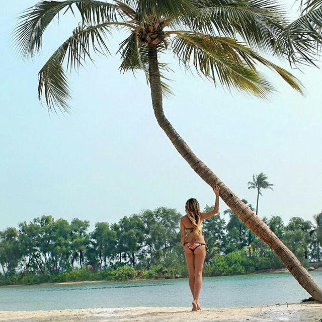 Endless Summer. Cartoline da Sentosa, l'isola parco giochi di Singapore. Sentosa, pace e tranquillità, ed io ho preso in parola il significato. Una giornata di sole, spiaggia chiara, palme ed un costume, ve lo ricordate? È quello della mia collezione, smeraldo. #misswalkingaway @singaporeair