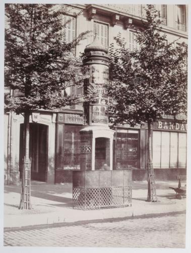 Urinoir lumineux à une stalle avec écran, maçonnerie et vitrerie, boulevard de Sébastopol, 1er arrondissement, Paris.   Paris Musées